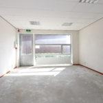 Op deze foto staat de kantoorruimte op de begane grond, waarbij de wanden en vloeren nog afgewerkt moeten worden