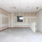 Op deze foto staat de kantoorruimte op de eerste verdieping, waarbij de wanden en vloeren nog afgewerkt moeten worden