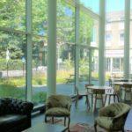 Vanuit de centrale lobby heeft u een prachtig uitzicht op de Tivolistraat en het daarachter gelegen park.
