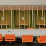 In de lobby van het gebouw zijn een grote vergadertafel en enkele