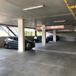 De achter het kantoor gelegen parkeergarage met 14 vaste parkeerplaatsen, te bereiken via de doorgang in Het Pakhuis