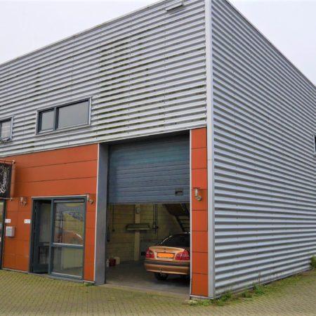 De bedrijfsunit aan de Aresstraat 11-07 is op de hoek van het bedrijfsverzamelgebouw gelegen.