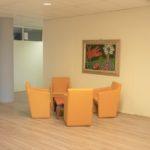 In de algemene ruimte van de unit staan 4 pastel gekleurde luxe fauteuils