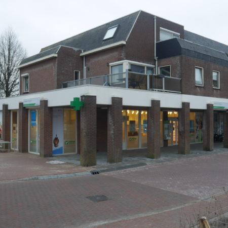 Buitenzijde van de winkelruimte in Sprang-Capelle, Raadhuisplein 1 en 2, vanaf het noord-westen gezien