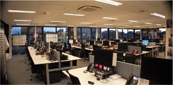 De binnenkant van de kantoorruimte, te zien inclusief inrichting, als voorbeeld. Deze inrichting behoort niet tot het gehuurde.